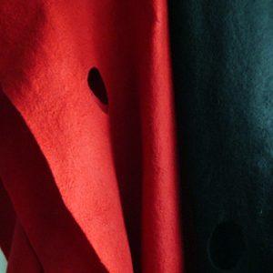 ウールフェルトの赤と黒のストール