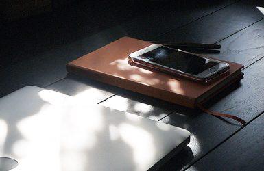 工房maishimsの机の上のパソコンとスマホとダイアリー