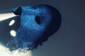 インディゴで染めた羊毛フェルトで作られた仮面・MASK
