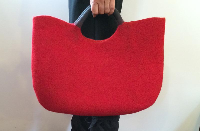 ウールフェルトの赤いトートバッグ