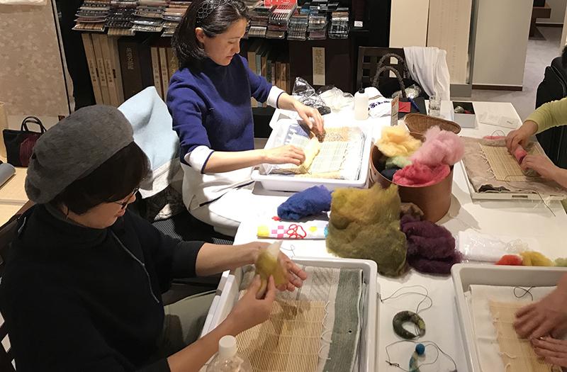 羊毛フェルトでつくる三日月ペンダントワークショップの作業