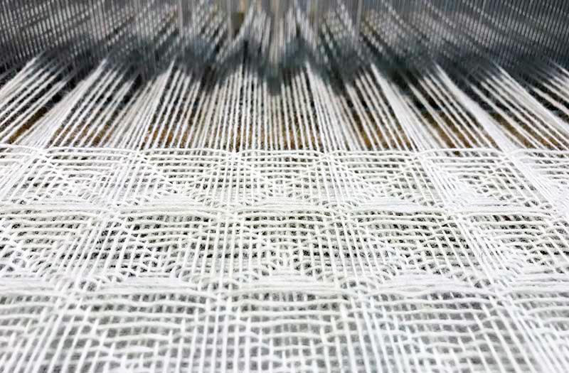 ワッフル織の製織中のウールの布