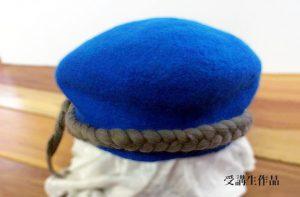 フェルトワークショプ受講生作品のブルーのベレー帽
