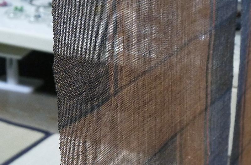 柿渋と藍染めの麻糸による絣織りの暖簾